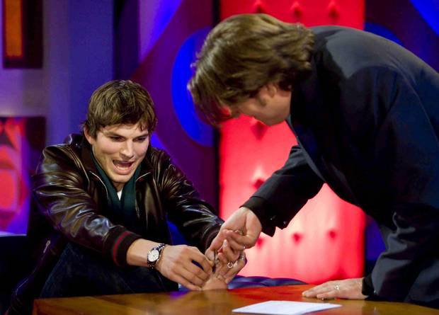 """""""Wenn alles andere so gut aussieht, muss ja irgendwas aus der Reihe tanzen"""", scherzt Ashton Kutcher über seinen kleinen Schönheitsfehler und legt diesen - im wahrsten Sinne des Wortes - sogar auf den Tisch. In der Show von Jonathan Ross zeigt er, dass sein zweiter und dritter Zeh zusammengewachsen sind."""