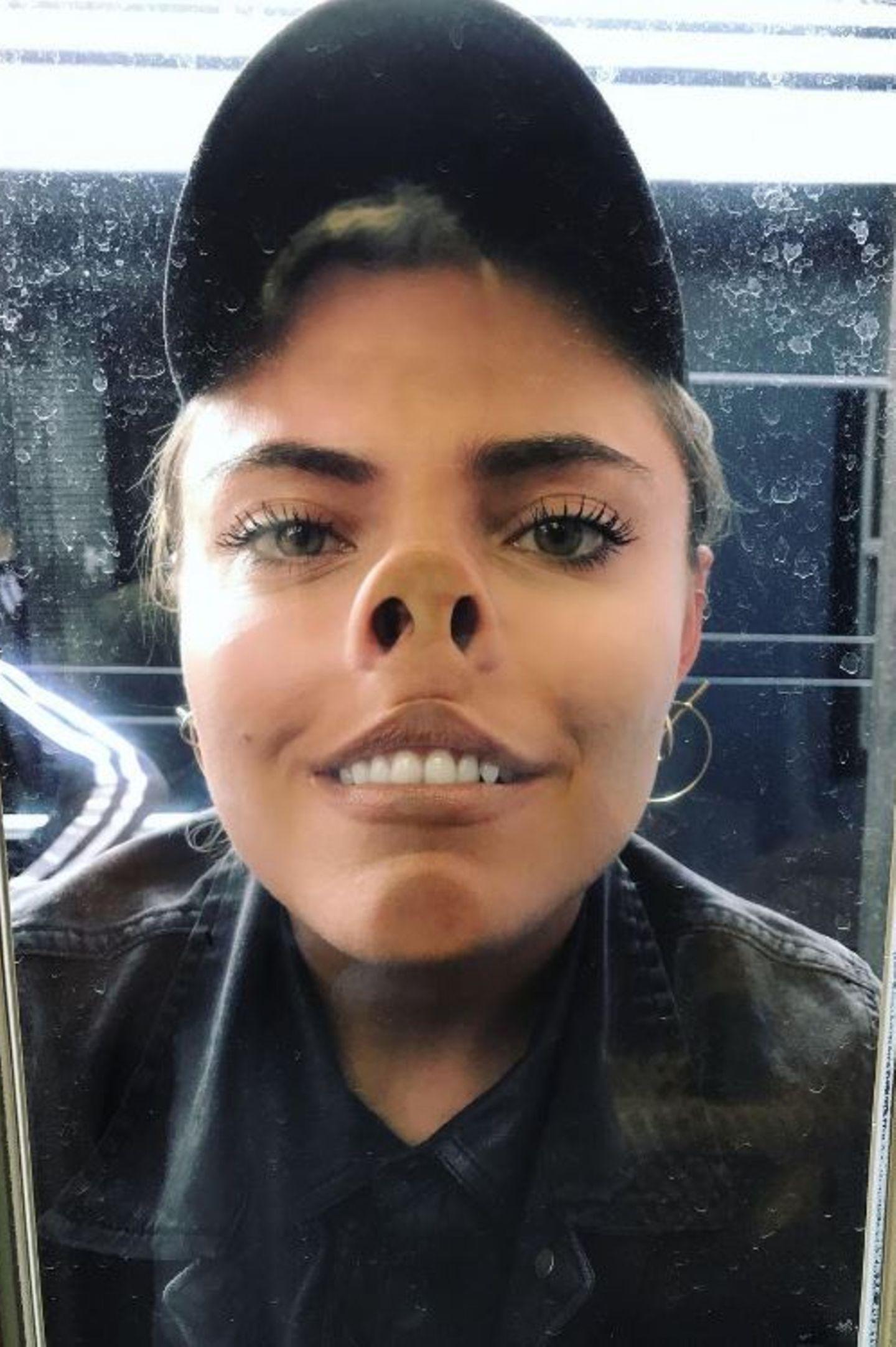 """Da drückt sie sich die Nase platt: """"Ich schwör ich hab 'n schönen Charakter"""", postet Sophia Thomalla zu ihrem schrägen Foto."""