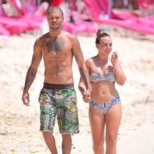 Knast-Hottie Jeremy Meeks und Topshop-Erbin Chloe Green während einem romantischen Spaziergang auf einem der schönen Strände der Insel Barbados.