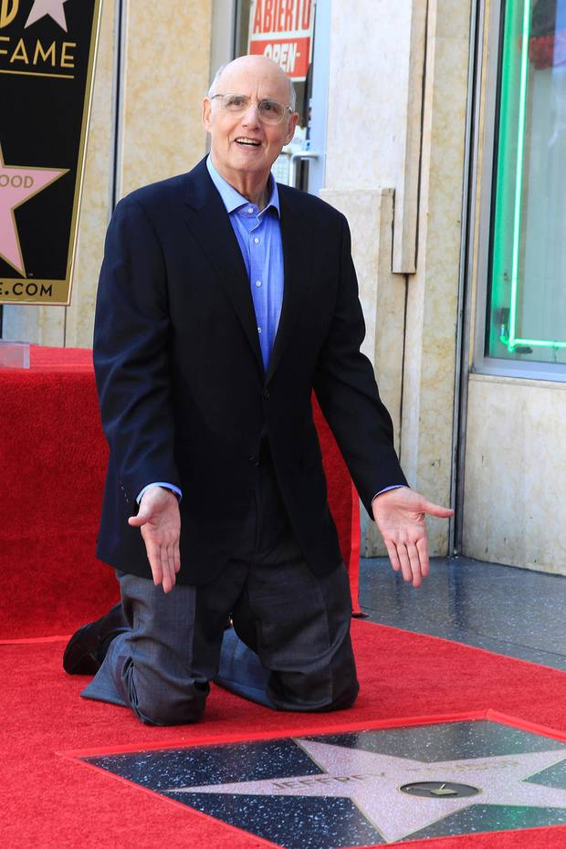 8. August 2017  Da ist endlich sein Stern! Jeffrey Tambor, Star der Serie Transparent, zeigt auf seinen frischeingelegten Stern.