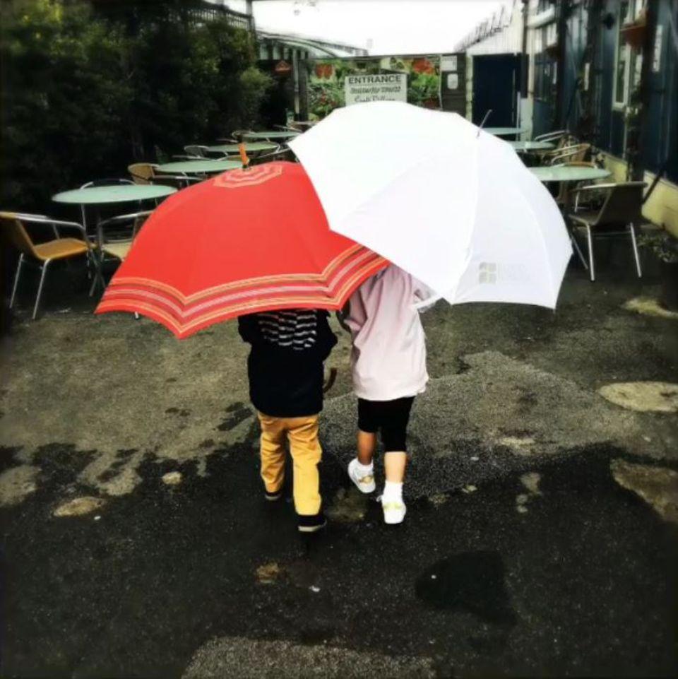 9. August 2017  Die Kids von Ayda Field und Robbie Williams - Charlton und Theodora - trotzen Wind und Wetter: Mit zu groß geratenen Regenschirmen ausgestattet bahnen sie sich ihren Weg durch die verregnete Straße.