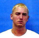 Eminem  Der Rapper wird im Juni 2000 zwei Mal wegen Waffenbesitz in Michigan festgenommen. Dieses Foto wird von Eminem gemacht, nachdem er sich außerhalb eines Clubs mit einem Mann geprügelt hat (er soll seine damals Nochehefrau Kim geküsst haben) und bei ihm eine versteckte Waffe gefunden wird.