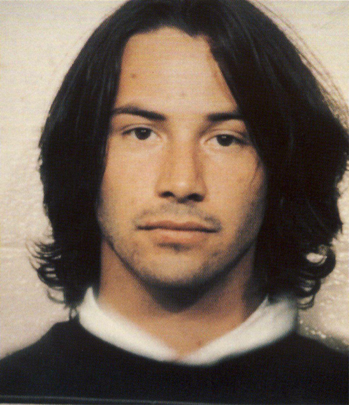 """Keanu Reeves  5. Mai 1993: Der """"Matrix""""-Star wird wegen unberechenbarer Fahrweise angehalten. Es stellt sich heraus, dass er unter Alkoholeinfluss steht, was natürlich zur sofortigen Verhaftung und dem netten Foto führt."""