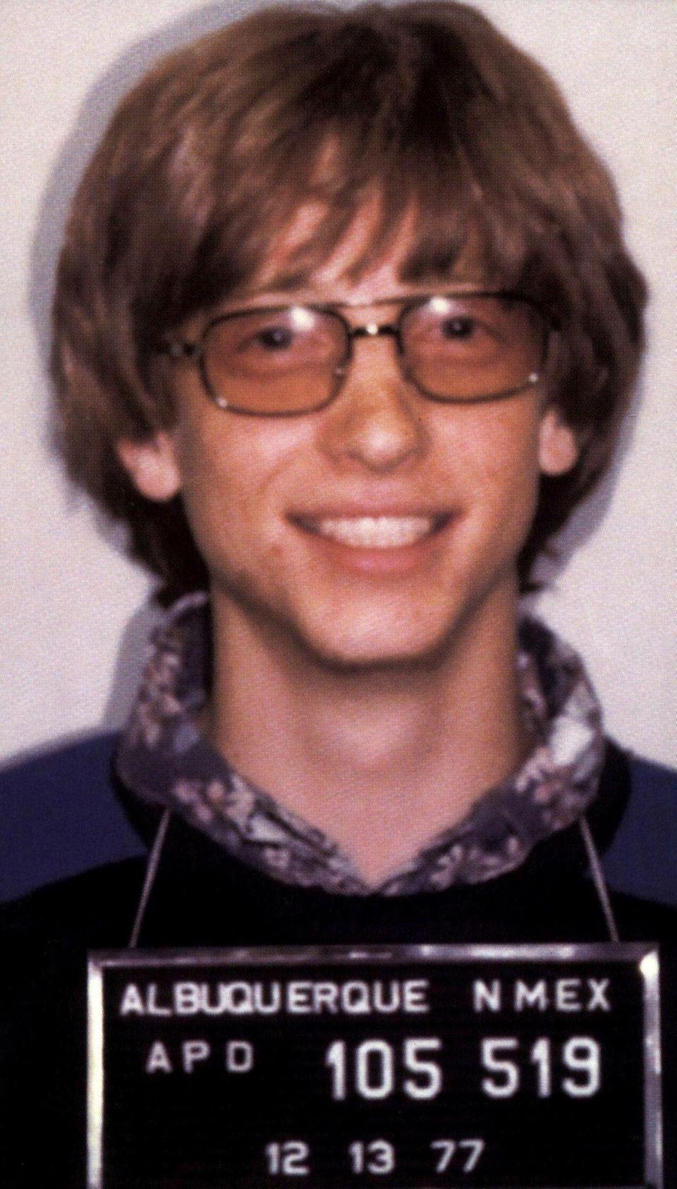 """Bill Gates  Kaum zu glauben, auch der heute reichste Mensch der Welt: """"Microsoft""""-Gründer Bill Gates hat ein Mugshot von sich machen lassen müssen. Im Jahr 1977, in Albuquerque, New Mexico wird der damals 22-Jährige wegen zu schnellen Fahrens festgenommen. Zu dumm, dass er auch noch seinen Führerschein vergessen hat."""