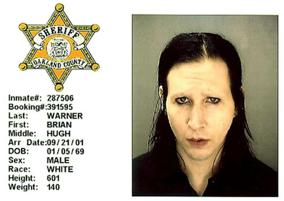 Marilyn Manson  Im Juli 2001 spielt Manson ein Konzert in Detroit. Plötzlich laufen die Dinge etwas aus dem Ruder, als der Rockstar anfängt, einen obszönen Tanz über dem Kopf einer Sicherheitskraft zu vollführen. Nach dem Konzert wird er abgeführt. Marilyn Manson verweigert später die Aussage und kommt mit einer Strafe von 4000 Dollar wegen Fehlverhalten davon.