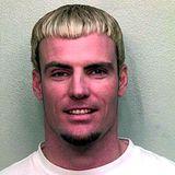 Vanilla Ice  Der Rapper, auch bekannt als Robert Van Winkle wird in Davie, Florida festgenommen. Während einer hitzigen Diskussion mit seiner Frau im Januar 2001, hält er ihr den Mund zu und reißt ihr Kopfhaare aus. Daraufhin werden Vanilla Ice eine Bewährungsstrafe und Familientherapiestunden verhängt.
