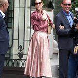 In seidigen Altrosa-Tönen verlässt Celine Dion am Arm ihres Bodyguards das Hotel Royal Monceau.