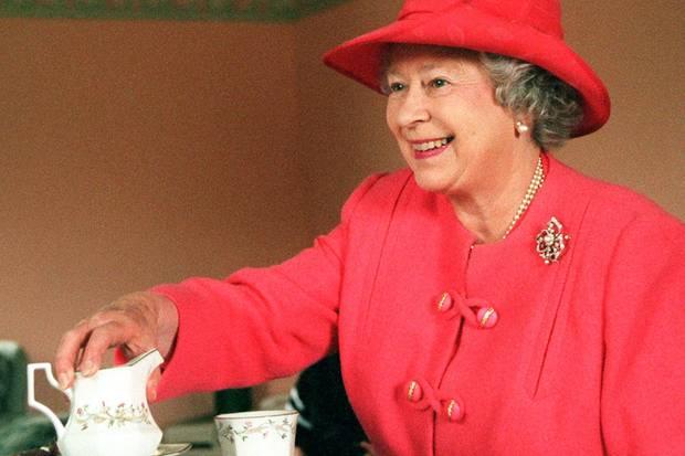 Elizabeth II. trinkt mehrere Tassen Tee am Tag, am liebsten von Twinings oder von Fortnum & Mason. Ihre Lieblingskekse sind Walkers Shortbread und Marie-Biscuits
