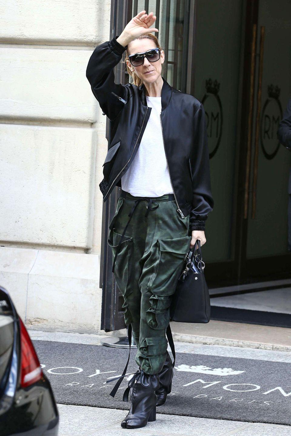 Selbst Cargo-Hose, shirt und Bomberjacke haben bei Celine Dion noch etwas Elegant-Stylisches.