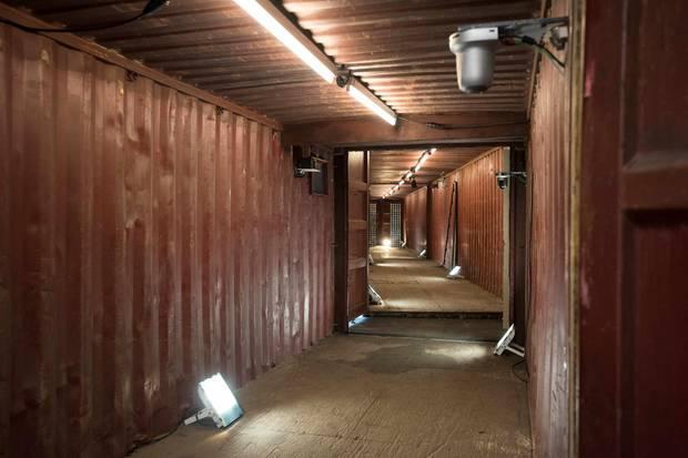 Der Zugang: Vor den Toren Guantanamos! Zumindest wirkt der Gang in den Promiknast nicht weniger entmutigend.