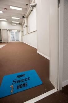 """Der Wohnbereich: Beim Eintreten werden die Promis von der Fußmatte """"Home Sweet Home"""" verspottet. Dieser Raum sieht nämlich alles andere als wohnlich aus."""