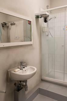 Das Badezimmer: Schmutzige Wände und jede Menge Kalk schmücken den traumhaften Waschbereich.
