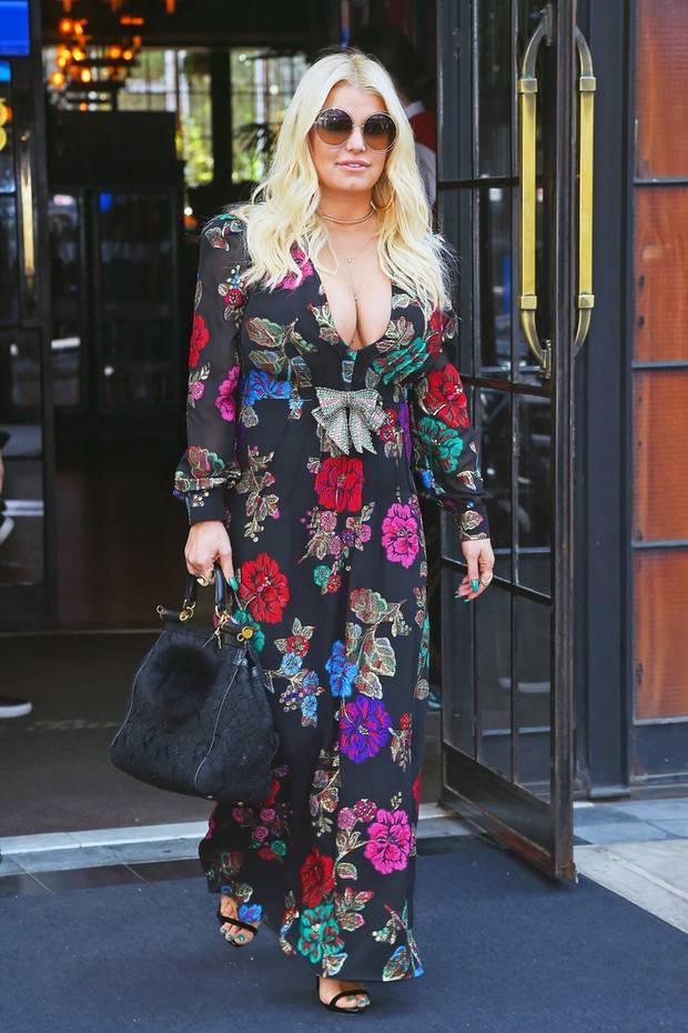 Jessicas schwarzes, florales Retro-Kleid macht auf den ersten Blick einen stylischen Eindruck. Nur ist es für ihre doch sehr üppige Oberweite nicht wirklich geeignet.