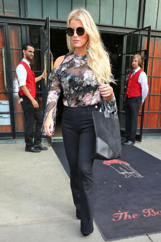 Schulterfreiheit und Rüschen machen dieses transparenten Blumen-Shirt eigentlich zu einem Fashion-No-Go für Jessica.