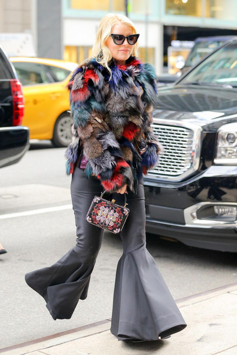 Schlaghosen-Schock trifft Kuschel-Katastrophe! Ein Blickfang ist Jessica Simpson mit diesem Outfit allemal.