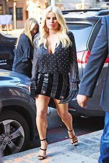 Zu eng, zu kurz, zu lang, zu prall! An diesem Leder-Mini- und Blusen-Outfit von Jessica Simpson stimmt leider einfach gar nichts.