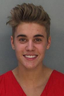 Justin Bieber  Im Jahr 2014 liefert sich Justin Bieber ein Autorennen mit Rapper Khalil in Miami. Als wenn das nicht schon genug wäre, steht der Sänger auch noch unter Alkoholeinfluss. Justin zahlt die Kautionssumme in Höhe von 2500 Dollar und kommt noch am selben Tag frei.