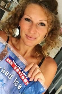 Sie ist Surferin, Freundin von Peer Kusmagk, frischgebackene Mutter und... Zwilling(?!): Janni Hönscheid hat nämlich einen ganz besonderen Doppelgänger. Doch um den zu Gesicht zu bekommen, müssen wir in die Vergangenheit reisen; genauer gesagt in die wilden Achtziger...
