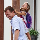 Wie ausgewechselt albert sie mit ihrem Vater herum und strahlt über das ganze Gesicht.