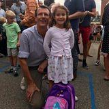 Auch als die zwei Royals an der Schule ankommen, ist Athena immer noch bestens gelaunt und präsentiert stolz ihren lila-pinken Schulranzen.