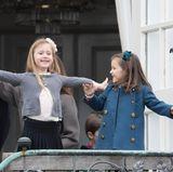 """Diese zwei Prinzessinnen sieht man viel zu selten. Und dabei macht es so viel Spaß, ihnen bei ihren kleinen Albernheiten zuzugucken. Bei der Konfirmation von Prinz Felix nutzen Josephine und Athena die Veranda der dänischen Schlosskirche als Bühne. """"Tada, hier sind wir!"""", scheinen sie mit ihrem Auftritt sagen zu wollen, ..."""