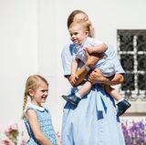 Der kleine Oscar ist natürlich auch dabei! Zu dritt strahlen die drei Royals in einem hellen Blau.