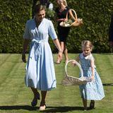 Von Prinzessin Victorias 40. Geburtstag hat auch Töchterchen Estelle so einiges. Nachdem sie erst in Stockholm gefeiert haben, darf sie nun mit zum Schloss Solliden, wo das Fest weitergeht.