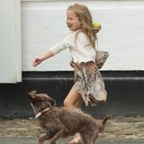 Das sieht nach jeder Menge Spaß aus: Prinzessin Josephine tobt mit dem Palasthund Ella.