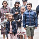 Zusammen mit ihren Kindern machen Prinzessin Mary und Prinz Frederik einen Familienausflug. Prinz Christian übernimmt dabei die Rolle des Ältesten und führt seine Geschwister, Prinzessin Josephine, Prinz Vincent und Prinzessin Isabella an.