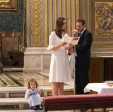 Irgendwann wird es der kleinen Amalia dann aber doch zu langweilig. Sie setzt sich auf die Stufen zum Altar und lässt ihre Eltern machen.