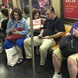 """""""Wenn ich wie alle anderen auf mein Handy starre, dann erkennt mich sicherlich niemand"""", muss sich dieser Hollywood-Star gedacht haben, als er mit der U-Bahn durch New York fährt. Seine Tarnung fliegt spätestens jedoch auf, als er hochsieht."""