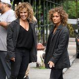 """Während einer Drehpause zu ihrem neuen Film """"Shades of Blue"""" unterhält sich Jennifer Lopez mit ihrem Stuntdouble. Doch irgendwie sind wir irritiert, sehen sich die zwei doch gar nicht so ähnlich wie angenommen."""