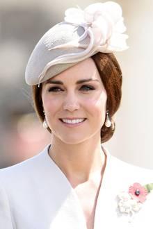 Selbst wenn Herzogin Catherine gerade nicht vor dem Traualtar steht oder zu Gast auf einer Hochzeit ist, zeigt sie, wie man schick in Richtung Standesamt ziehen kann. Elegante Hüte in Kombination mit klassischen Chignons können nämlich absolut schick und Braut-tauglich sein.