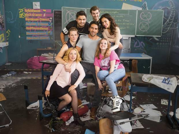 Laura, Danger, Burak, Ploppi, Zeynep und Chantal: Die kultigen Chaos-Schüler von Zeki Müller sind wieder vereint und posieren für ein letztes gemeinsames Klassenfoto.