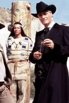 """Sky du Mont  Sky du Mont gibt in """"Der Schuh des Manitu"""" den hinterhältigen Geschäftsmann Santa Maria, der in seinem perfekt sitzenden Anzug jede Menge und Feindseligkeit ausstrahlt."""