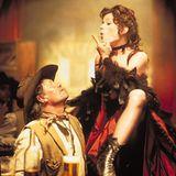 """Marie Bäumer  """"Ein schöner Rücken kann auch entzücken"""", heißt es in """"Der Schuh des Manitu"""" über Uschi, die von Marie Bäumer gespielt wird. Doch ist es nicht nur ihre Kehrseite, mit der die Saloon-Sängerin die Männer - vor allem aber Ranger - um den Finger wickeln kann."""
