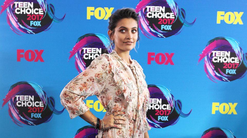 Paris Jackson ist mittlerweile eine bildschöne junge Frau, und ihre feminine Seite unterstreicht sie bei den Teen Choice Awards mit diesem romantisch-floralen Sommerkleid.