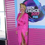 Pretty in Pink: Rita Ora passt sich farblich der knalligen Dekoration an.