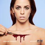"""Vanessa Mai schockt mit blutiger PETA-Kampagne: Die Sängerin protestiert gemeinsam mit der Tierrechtsorganisation PETA gegen Tierleid an Universitäten und Schulen. Auf dem Foto ist zu sehen, wie Vanessa mit einem Seziermesser aufgeschlitzt wird. """"Ich sterb für dich"""" - so der Titel des Motivs - gibt dem gleichnamigen Hit des Shooting-Stars eine düstere Wendung."""