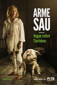 """Schauspielerin Franka Potente macht auf Tierquälerei in der Fleischproduktion aufmerksam. Die überzeugte Veganerin steht als """"arme Sau"""" blut- und dreckverschmiert in einem dunklen Stall, neben ihr zwei sichtlich erschöpfte und verletzte Schweine. In Szene gesetzt wird Franka vom international tätigen Starfotograf Manfred Baumann in Los Angeles."""