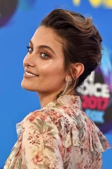 Schluss mit dem blonden Strubbelkopf! Mit natürlich braunen, elegant hochgesteckten Haaren zu ihren hellen, blaugrünen Augen sieht man noch deutlicher was für eine Schönheit Paris Jackson eigentlich ist. Bei den Teen Choice Awards sorgte sie so für ein Blitzlichtgewitter.