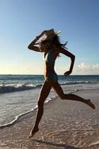 """Wenn wir mit 53 noch so fit sind wie Elle Macpherson können wir uns wirklich glücklich schätzen. Das 90er-Jahre-Supermodel zeigt uns mit einem eleganten Sprung am Strand, dass sie ihre eigene Lingerie-Kollektion """"Elle Macpherson Body"""" ganz wunderbar selbst tragen kann."""