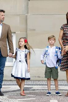 Allerdings werden die zwei Mini-Royals hier getrennt voneinander unterrichtet. Sie werden in unterschiedliche Vorschulklassen kommen. Auf dem Pausenhof können sie dennoch miteinander spielen. Und es kommt noch besser: Hier können sie sogar ihre älteren Geschwister, Prinz Christian und Prinzessin Isabella, treffen, die ebenfalls zur Tranegaardschule gehen.