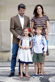 Eingeschult werden Prinzessin Josephine und Prinz Vincent aber noch zusammen. Unterstützung bekommen sie an ihrem großen Tag außerdem von ihren Eltern, Prinz Frederik und Prinzessin Mary.