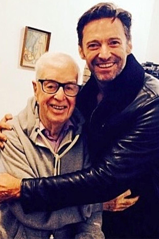 """Eine schöne Erinnerung: """"Wolverine""""-Star Hugh Jackman dankt mit diesem Bild seinem """"einflussreichstem"""" Schauspiellehrer Lisle Jones, von dem er während seiner Ausbildung an der Western Australian Academy of Performing Arts unterrichtet wurde. Kaum zu glauben, dass Hugh seinen Abschluss bereits 1994 gemacht hat."""