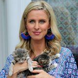 Zu ihrem orientalischen Look passen ganz besonders ihre Traumfänger-Ohrringe, die ihre süßen Kätzchen hoffentlich nicht als Spielzeug betrachten.