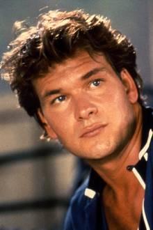 """Patrick Swayze  Diese Augen, dieses Haar, dieser Körper - Patrick Swayze bringt mit seiner Rolle als Johnny Castle so einige Frauenherzen zum Schmelzen, sodass er 1991 zum """"Sexiest Man Alive"""" gekürt wird und jahrelang als Sexsymbol seiner Ära gilt."""