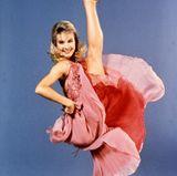 """Cynthia Rhodes  Bevor die Liebesgeschichte zwischen Baby und Johnny entbrennt, ist Penny Johnson alias Cynthia Rhodes die Tanzpartnerin des rebellischen Schönlings. Diese Rolle ist wie für sie gemacht, ist sie doch eigentlich ausgebildete Tänzerin und schon in Filmen wie """"Flashdance"""" zu sehen."""