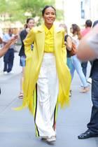 Modisch geht bei Jada Pinkett Smith die Sonne auf. Zur weißen Hose mixt sie Mantel und Bluse in Gelb-Tönen