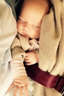 12. August 2017  Moderatorin Caroline Beil zeigt ein zuckersüßes Bild ihrer kleinen Ava Florentina. Die süße, am 29. Juni geborene Maus schläft ganz entspannt im Flieger.